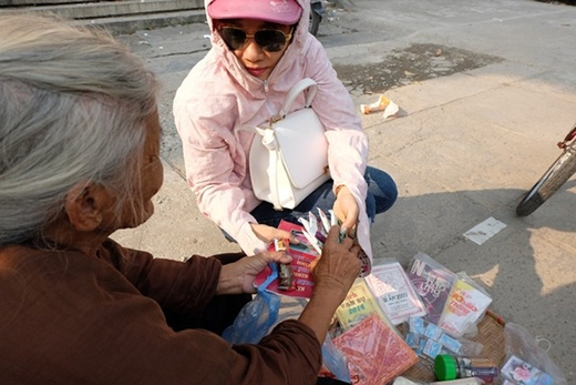 Nhiều người đi đường thương tình thường ghé qua mua giúp bà vài gói kẹo.