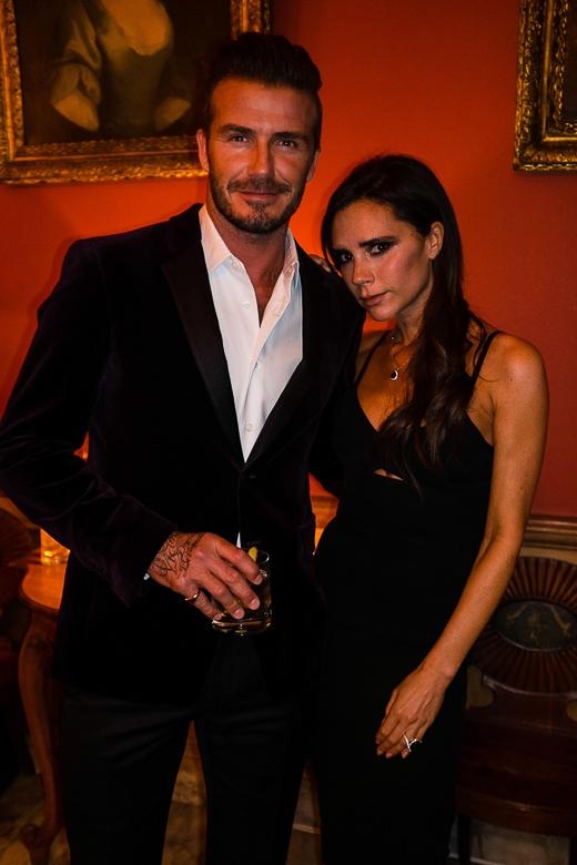"""Trên trang cá nhân, Beckham chia sẻ những lời tình cảm: """"Vợ yêu xinh đẹp Victoria của tôi cùng tôi đến tham dự buổi tiệc của Haig Club ở Scotland.Chúng tôi đã có một đêm tuyệt vời"""". Trong khi đó, bà xã của cựu tiền vệ nước Anh cũng chúc mừng chồng: """"Đêm vui ở Scotland để ra mắt Haig Club của David""""."""