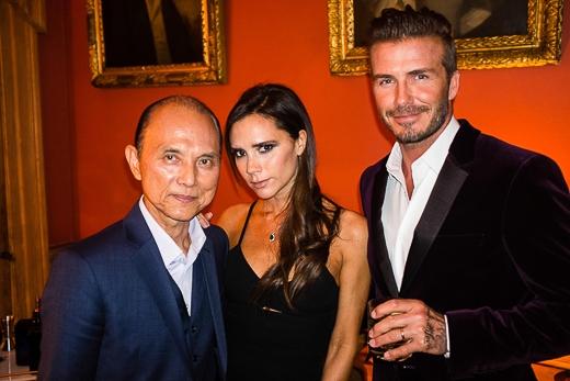 Đến chung vui cùng vợ chồng nhà Becks còn có nhà thiết kế giày nổi tiếng Jimmy Choo và ca sĩ Đào Triết