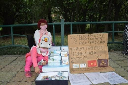 Có nhiều người đọc được tấm bảng, dù không mua băng vẫn để tiền lại quyên góp giúp cho hai cha con.
