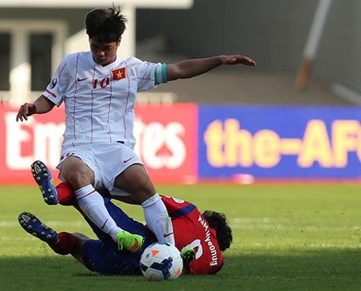 Công Phượng (áo trắng) trong trận đấu với Hàn Quốc. Ảnh VnExpress