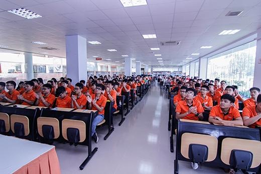 Sắc cam đồng phục của các bạn sinh viên trường FPT đã phủ kín cả hội trường buổi giao lưu từ rất sớm.