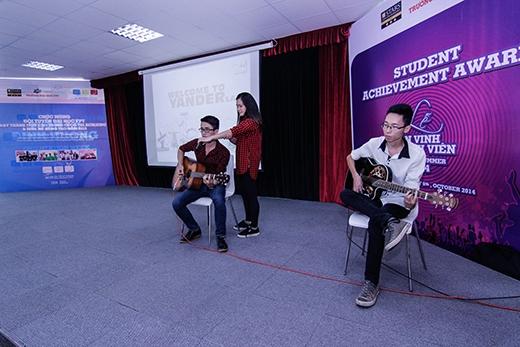 Góp phần làm nóng cho chương trình là tiết mục văn nghệ của sinh viên Đại Học FPT Hà Nội