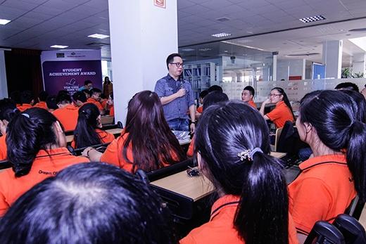 Bên cạnh đó, sự nhiệt huyết và tinh thần tích cực đặt câu hỏi về ngành truyền thông của các bạn sinh viên đến Tùng Leo làm cho vị dẫn chương trình này rất thích thú