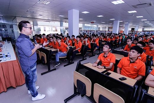 Anh luôn nỗ lực hết mình để truyền tải hết được những kiến thức bổ ích đến các bạn sinh viên yêu ngành truyền thông.