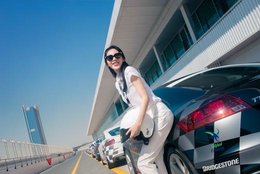 Thủy Tiên cũng tranh thủ tạo dáng chụp hình lưu niệm với nhiều siêu xe tại Dubai - Tin sao Viet - Tin tuc sao Viet - Scandal sao Viet - Tin tuc cua Sao - Tin cua Sao