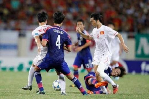Tuấn Anh ra sân với cái chân vẫn được băng bó.