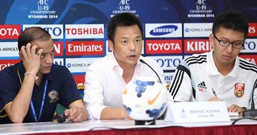 HLV Zheng Xiong (giữa) vui mừng với trận hòa