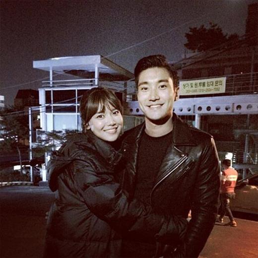 Sooyoung khoe hình Siwon đến phim trường thăm cô với lời nhắn: 'Anh Siwon đã đến phim trường và mang theo 60 phần bánh mì cùng cafe để ủng hộ tinh thần chúng tôi. Không thể kềm được nước mắt trước tình cảm đặc biệt mà hậu bối như em nhận được. Chúng ta là SM Town'.