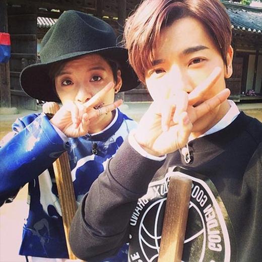 Donghae lại khoe hình nhí nhố cùng Amber. Nhiều fan cho rằng họ rất giống anh em sinh đôi.
