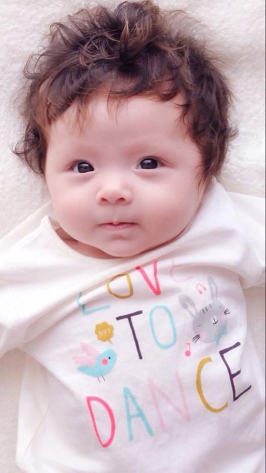 """Elly Trần cũng chia sẻ bức ảnh này chụp trước thời điểm sinh. """"Bụng đi sinh lớn hơn bụng này chút đỉnh"""", mẹ bé Cadie cho biết thêm."""