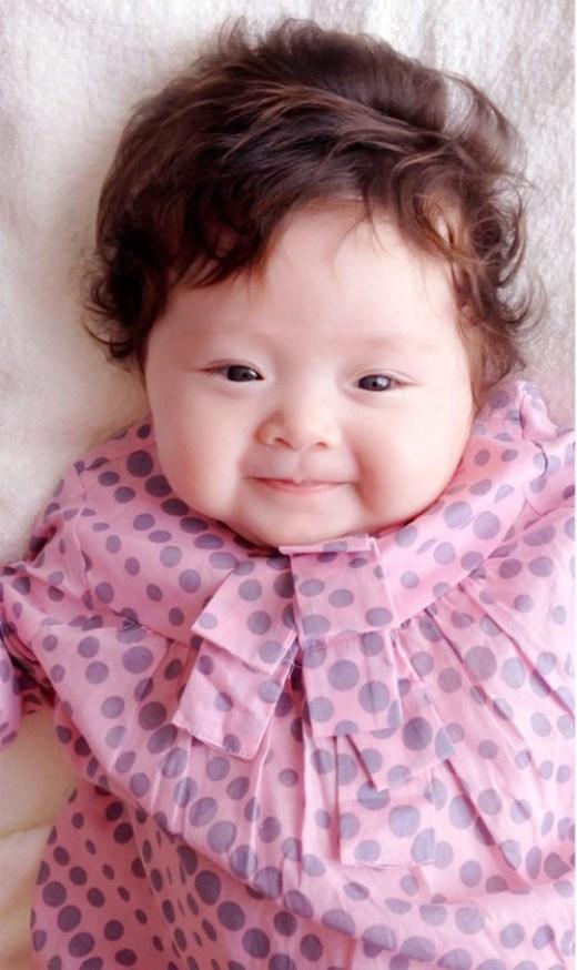 Bé Cadie được sinh ra tại một bệnh viện ở Gò Vấp, TP.HCM. Bé tên tiếng Việt là Mộc Trà, có đôi mắt tròn đáng yêu và gương mặt tròn xinh xắn. Mái tóc xoăn càng khiến bé mang nét đẹp của một 'thiên thần nhỏ'.