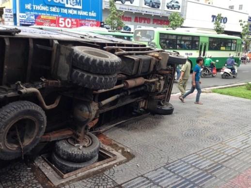 Chiếc xe tải sụp hố ga, đè chết người phụ nữ bán nón bảo hiểm