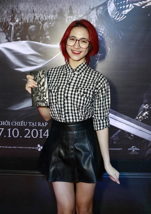 Hòa Minzy nổi bật với mái tóc đỏ.