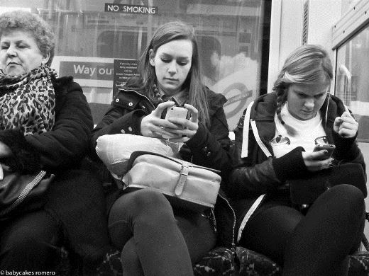 """Suy ngẫm với loạt ảnh """"công nghệ chia cắt con người"""""""
