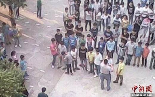 """Màn """"cắt tóc bạo lực"""" diễn ra công khai giữa sân trường trước sự chứng kiến của rất đông học sinh khác"""
