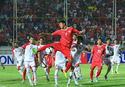 U19 Myanmar (áo đỏ) thật sự bay cao khi giành quyền dự giải U20 thế giới. Họ không có những tuyên bố đao to búa lớn nhưng âm thầm làm việc để đạt hiệu quả.