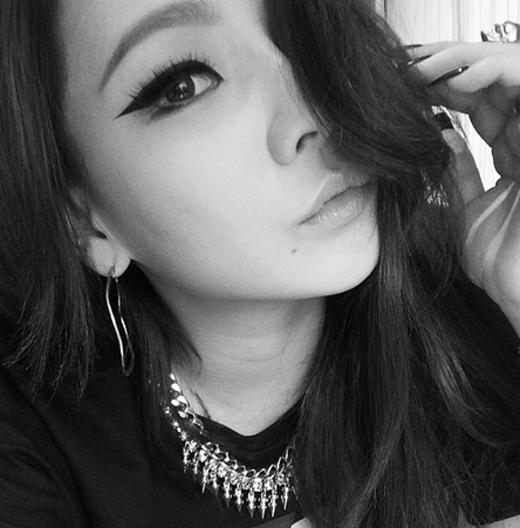 CL cực quyến rũ và gợi cảm trong màu hình trắng đen