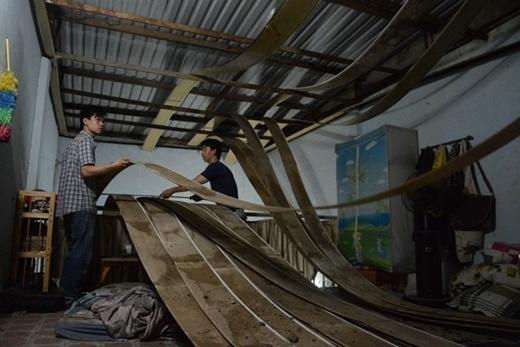 Đặng Hoàng Nguyên dọn dẹp từng tấm trần nhựa bị sập trong người vẫn chưa hết hoang mang.