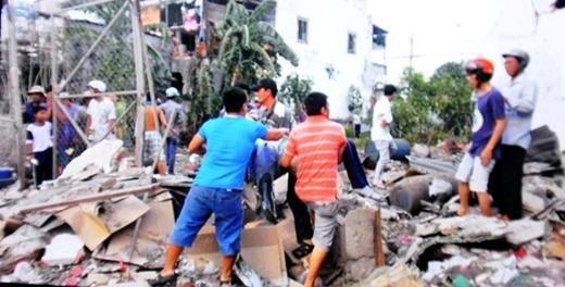 Người dân cấp cứu, đưa các nạn nhân trong khu vực hiện trường ra ngoài đi cấp cứu.