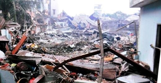 Nhà xưởng công ty Đặng Huỳnh cùng bảy căn nhà khác sụp đổ hoàn toàn sau vụ nổ.