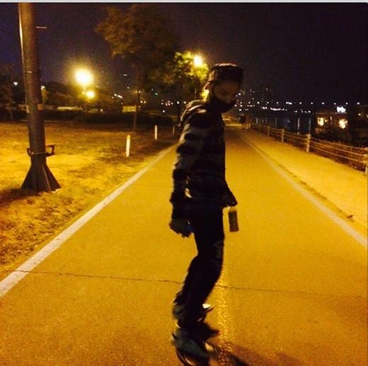 Jaejoong khoe hình chơi ván trượt giữa đêm