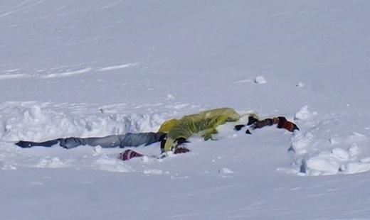 Một nạn nân bị vùi trong tuyết sau cơn bão. Ảnh: Facebook Va Li