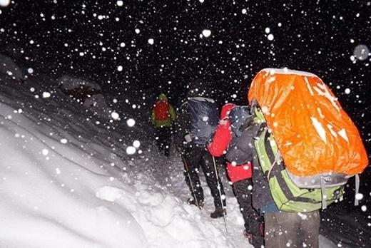 Đoàn người leo núi vào lúc 6h sáng ngày 14/10, lúc này tuyết bắt đầu rơi mạnh nhưng chưa có bão lớn. Ảnh: Facebook Va Li