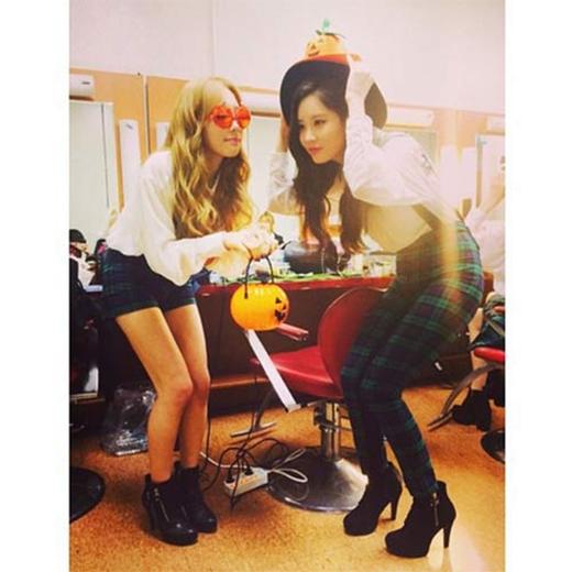 Taeyeon khoe hai bức ảnh cùng TaeTiSeo và Seohyun chuẩn bị đón Halloween khiến fan vô cùng thích thú