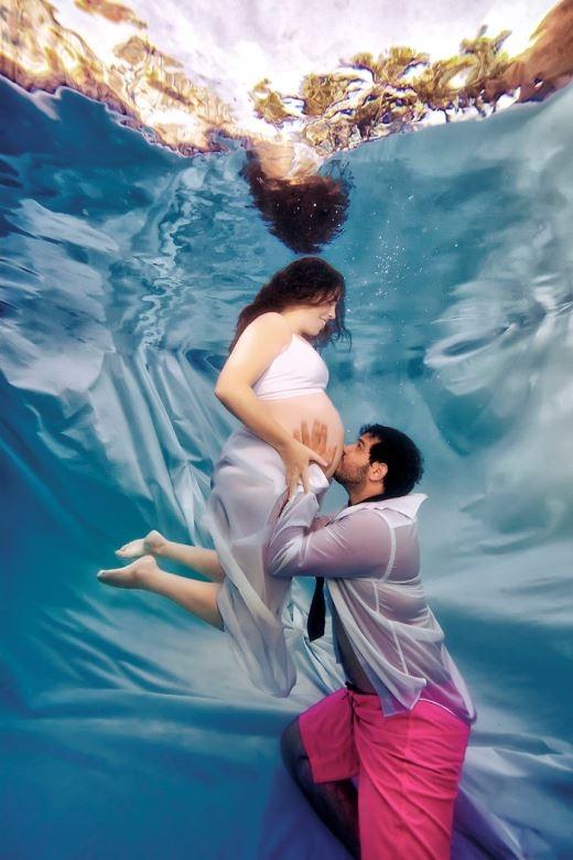 Ý nghĩa hình ảnh thai phụ dưới lòng đại dương