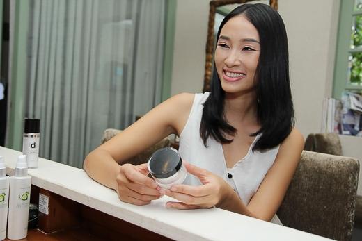 Trong một chuyến làm đẹp trại spa Khơ Thị của hoa hậu Thu Hoài, Trang Khiếu đã khiến mọi người phải trầm trồ ngợi khen vì phong cách thời trang cá tính, thu hút.