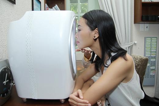 Sau khi được tư vấn, Trang Khiếu được chuyên gia hướng dẫn soi da, sau đó cô được thực hiện các liệu trình massage theo thứ tự cho da mặt và body; ngâm chân thư giãn và cuối cùng là ngâm bồn thư giãn toàn thân.