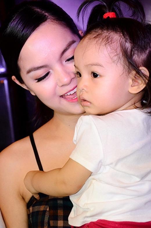Phạm Quỳnh Anhhạnh phúc bên cạnh cô công chúaBella. - Tin sao Viet - Tin tuc sao Viet - Scandal sao Viet - Tin tuc cua Sao - Tin cua Sao