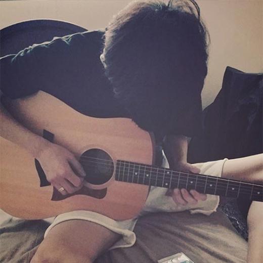 Chanyeol đang tập đánh đàn guitar