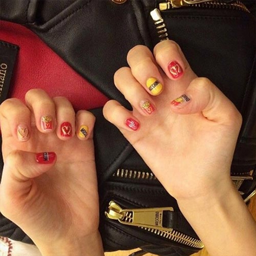 Dara khoe móng tay vừa được 'trang trí' rất đáng yêu