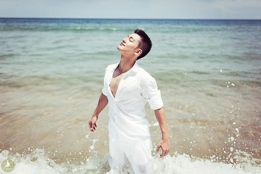 Hình ảnh mới nhất được Đức Tuấn thực hiện tại bãi biển Lăng Cô với ekip Le Petit Prince và stylist Jo Hito. - Tin sao Viet - Tin tuc sao Viet - Scandal sao Viet - Tin tuc cua Sao - Tin cua Sao