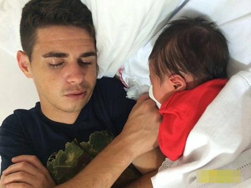 Oscar bên cô con gái đầu lòng