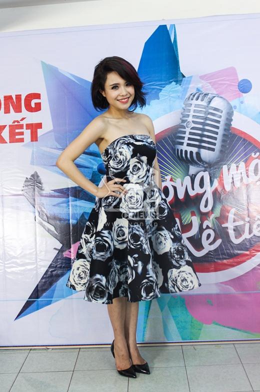 Thái Trinh tươi tắn diện váy cúp ngực họa tiết hoa hồng đầy nữ tính...
