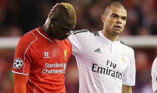 Balotelli đổi áo với Pepe ngay sau khi hiệp 1 kết thúc