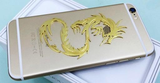 Chiếc iPhone 6 dung lượng 128GB màu vàng được 'đính' hình rồng ở mặt sau.
