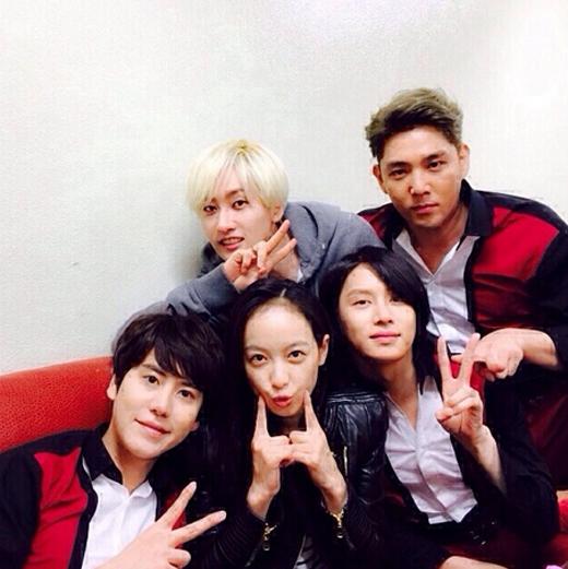 Victoria nhí nhố cùng Super Junior và ủng hộ đàn anh quảng ba album mới