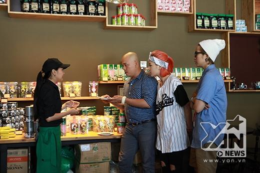 3 nhân vật của Bếp chiến được nhân viên của quán trà giới thiệu về các loại trà được khách hàng yêu thích