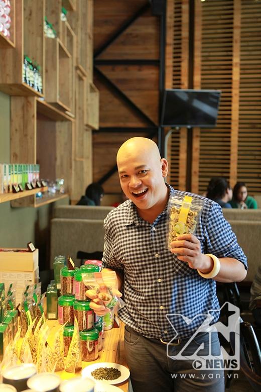Alain Nghĩa tranh thủ khám phá các loại trà được bán tại quán