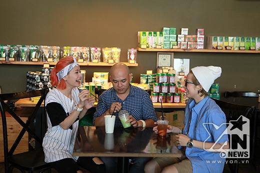 Sau đó cả hai được Alain Nghĩa mời thưởng thức một số loại trà trong quán