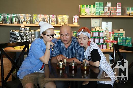 Alain Nghĩa đang đố Gil Lê và Chi Pu điều gì với 3 bình trà trước mặt nhỉ?