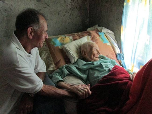 Khoảnh khắc cuối đời của một người đàn ông bên cậu con trai của mình