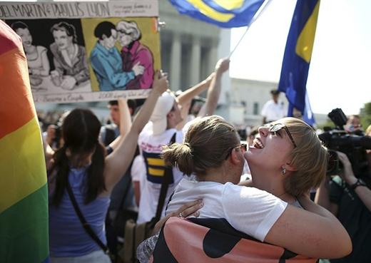 Sharon Burk và Mollie Wagoner ôm nhau sau khi tòa án tối cao tuyên bố luật cấm người đồng tính kết hôn là không hợp hiến pháp ở Mỹ