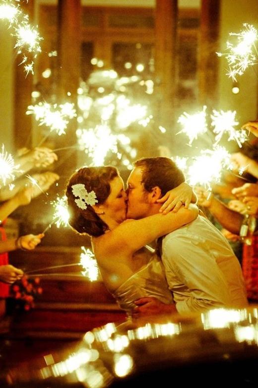 Nụ hôn hạnh phúc của một cặp đôi trong hôn lễ của mình