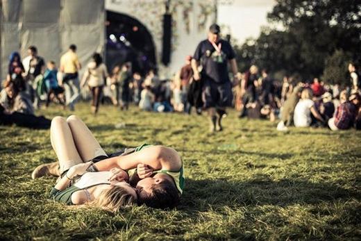 Một cặp đôi trẻ đang hạnh phúc bên nhau tại lễ hội âm nhạc