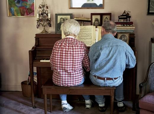 Khoảnh khắc bình yên của đôi vợ chồng già đang cùng nhau chơi piano ở New York năm 2011. Cả hai đã luôn bên cạnh nhau được 72 năm tính đến thời điểm bức ảnh được chụp lại